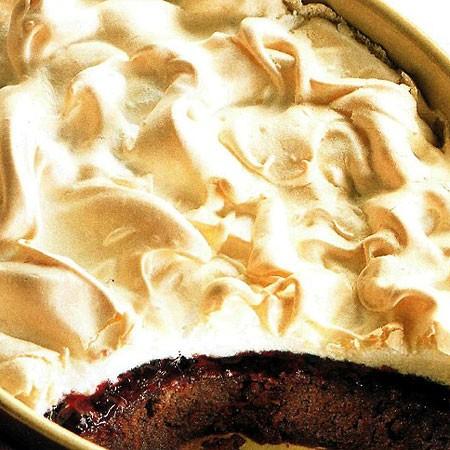 Recette du gâteau au chocolat et cerise avec couverture de meringue